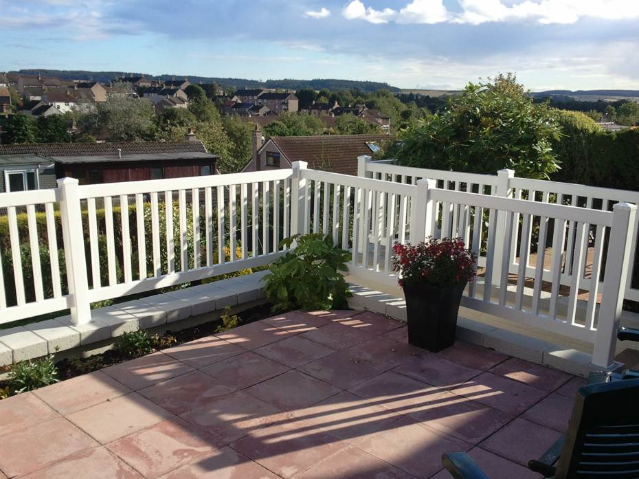 Closed top picket fence with 1½ inch wide pickets